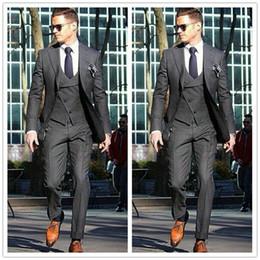 2019 cravatta grigio scuro Smoking dello sposo di alta qualità Due bottoni Grigio scuro Notch bavero Groomsmen Vestito da uomo migliore Abiti da uomo (Jacket + Pants + Vest + Tie) J365 sconti cravatta grigio scuro