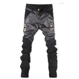Costumi jeans online-Mens Skinny Faux PU Leather e Jeans Patchwork Pants Pantaloni neri lucidi Pantaloni Nightclub Stage Costumes per Singers Dancer