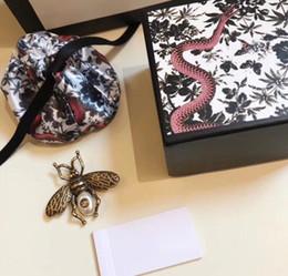 Carino piccolo ape G spilla femminile imitazione perla spilla semplice fibbia a farfalla Giappone cardigan atmosfera coreana con accessori A30 da
