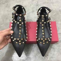 chocolates solteiros Desconto Novo rebite apontou sapatos planas 2-cinta de couro de patente sandálias rebites cravejados sapatos sapatos femininos pontudos