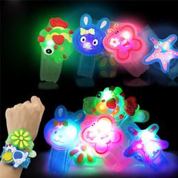 brinquedo dançando spiderman Desconto Luz Flash Brinquedos Mão De Pulso Leve Dance Party Dinner Party Novidade Mordaça Brinquedos Light-Up Brinquedos Meninos Meninas Brinquedo Festival #