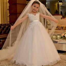 Abiti bianchi appliqued ragazza fiore online-Royal Princess White Flower Girl Dresses For Church Matrimoni A Line Cap Maniche Appliqued Bambini Formali Comunione Abiti da Festa di Compleanno