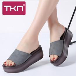 TKN 2018 estate pantofole donna sandali piattaforma piatta scarpe in pelle  scamosciata slip-on punta rotonda scivoli scarpe infradito donna S99 94b82c78ca04