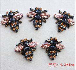 Wholesale Sew Rhinestones Patches - 100PCS Bees Sequins Rhinestones Bead Brooch Patches Applique Vintage Embroidered Fabric Sew On Patch Fashion Clothing Bags Socks Decoration