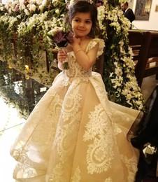 Il bambino progetta il treno online-Lovely Lace Appliqued Flower Girls Abiti per matrimoni Square Neck pieghettato Organza Toddler Pageant Gowns Una linea Sweep Train Bambini Prom Dress