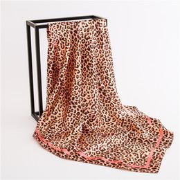 Feutre imprimé léopard en Ligne-Mode 2018 femmes soie sentiment écharpes carré été lisse grande taille enveloppe hijab léopard imprimé bandeau étoles 90 * 90 cm