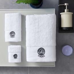 Les serviettes en Ligne-Serviettes de bain de luxe designer de mode brodé marque serviette carrée serviette de plage et serviette de bain 3 pièces 1 set tissu de coton doux et confortable