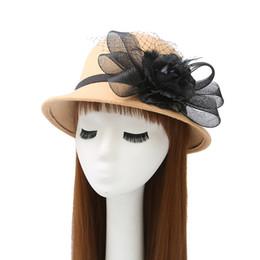 Vestidos derby florales online-Elegantes sombreros de fieltro para mujer Kentucky Derby Sombrero de organza Vestido de mujer Sombrero de iglesia negro Miel Formal Casquillo de flor de pluma de la boda