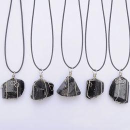 Pendente di pietra grezza online-grande collana pendente in tormalina nera Collana in pelle Schorl in pietra grezza Chakra Collana in pietra naturale con pendente a quarzo curativo