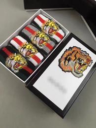 черные белые полосатые коробки Скидка 4 пары / коробка тигр голова красные зеленые полосатые мужчины женщины унисекс носок мода хлопок homme чулки с подарками коробка черный белый серый