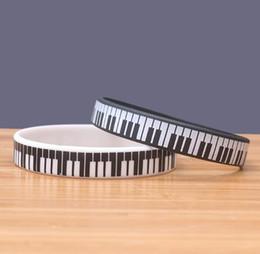 DHL Baskılı Piyano Klavye Silikon Bileklik Siyah Beyaz Şerit Charm Bilezik Müzik Hayranları Için En Iyi Hediye Takı cheap piano charm nereden piyano cazibesi tedarikçiler