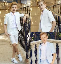 2019 traje de niños blancos solapas de satén Boda de dos piezas de manga corta para niños Adolescentes trajes niños por encargo de boda Pantalones cortos de desgaste formal