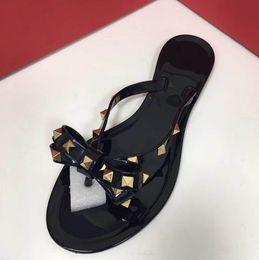 Sandalias de lazo de las mujeres online-Nuevas mujeres del verano chanclas zapatillas sandalias planas arco remache moda Pvc zapatos de playa de cristal size35-41 + caja