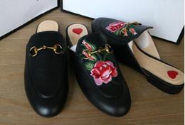 Argentina 2019 Zapatillas de marca para mujer Mules de cuero genuino Mulas planas zapatos Cadena de metal Zapatos casuales Mocasines Moda Zapatillas de verano Señoras Verano cheap slippers ladies outdoor Suministro