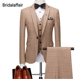 Vestidos de pieza ajustados online-KUSON Trajes para hombre de moda 3 piezas Vestido de novia de fiesta Formal Slim Fit Plaid Men Suit Set Groom Tuxedo 2018 (chaqueta + pantalón + chaleco)