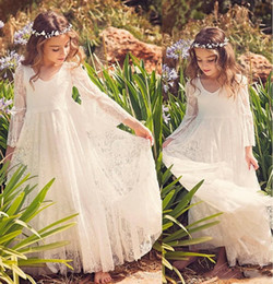 2019 menina marfim boho vestidos 2018 Nova Praia Vestidos Da Menina de Flor Branca Marfim Boho Primeira Comunhão Vestido Para A Menina Com Decote Em V Manga Longa A-Line Barato Crianças Vestido de Noiva desconto menina marfim boho vestidos