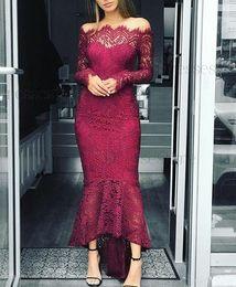 2019 billige burgundkleider für brautjungfern Sexy Burgund Mermaid Hochzeitsgast Kleid Schulterfrei Afrikanische Brautjungfer Kleider Langarm Trauzeugin Günstige Cocktailkleider Benutzerdefinierte rabatt billige burgundkleider für brautjungfern