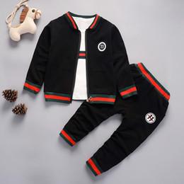 Traje de niño chico abrigo online-2018 juegos de ropa para bebés varones 3 UNIDS abrigo + chaqueta + pantalones ropa de niños pequeños traje de niño bebe chándal niños trajes deportivos