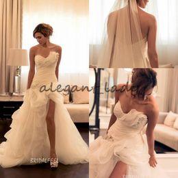 Vestido de fenda sem strapless on-line-Maison Yeya Strapless Asymmetrica Vestidos de casamento 2018 Modest Ruffles High Low Slits Saias Nets Lace Applique Wedding Gowns