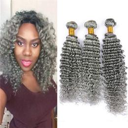 Extensiones de cabello gris mezclado online-Onda profunda Rizado Cabello humano gris 3 paquetes 300g Extensiones de cabello peruanos vírgenes Tejido de cabello ondulado gris Trama doble Trama mixta Longitud