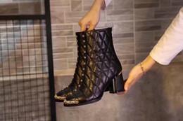 Botas altas online-La moda de las nuevas mujeres del tobillo del remache Rose bordada invierno Martín Caballero Botas de tacón 75MM Zip Negro Botas de piel de oveja calzado Tamaño 35-41