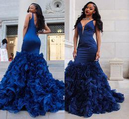 2019 diseño de vestido azul negro 2018 Arabian Design Sirena vestidos de noche cuello en V Backless Sweep Train Ruffles Royal Blue Black Girls Prom Party Gowns Plus Size Customized diseño de vestido azul negro baratos