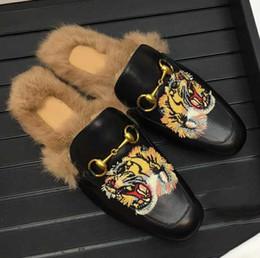 Saltos de tigre on-line-Senhoras Tiger Muller Bordado Sapatos de Couro Real Coelho Botão Cavalo Chinelos de Inverno Semi-cinta Interior Sapatos chinelos de salto Plana para unisex