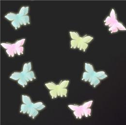 Adesivi a parete di plastica della farfalla online-Farfalle Glow in the Dark Fluorescent Plastic Home Decorate Wall Sticker decorazioni per camerette