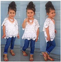 Niedliche mädchen jeans online-Nette Mädchen der Art und Weisesommer-neuen Ankunft, die gesetzte weiße Spitze Hemd + Weste + Jeans 3pcs / set Kindmädchenkleidung der Kinder kleidet