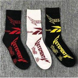 Прилив Марка VETEMENTS носки чулки носки Vetements скейтборд сгущаться вязаные хлопчатобумажные чулки унисекс середины икры длина носки хороший эластичный от