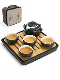 Teiere nere online-Black Modern Kung Fu Ceramic 4 pezzi tazza da tè Bamboo tea tray Set da tè una teiera include borsa regalo