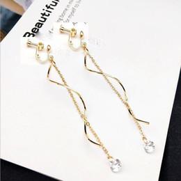 a81bfb08b9c7 2018 Nuevo diseño Color oro Ola larga Borla Cubic Zircon Clip en aretes No  piercing para mujer Elegantes aretes bijoux Ofertas de diseños de oro largo  ...