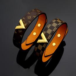 Motifs de fleurs en Ligne-Bracelets en cuir véritable en acier de titane de nouveau style avec la conception de forme d'or V pour les femmes et les hommes