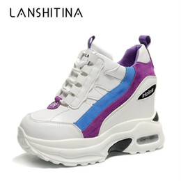 Moda 2019 Mujeres Botines Otoño Plataforma Botas Ocultas Zapatillas de deporte de aumento 10 CM Tacones Cuña Mujer Zapatos transpirables desde fabricantes