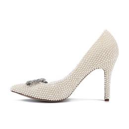 Adornos tacones altos online-Zapatos de boda fina de moda 2018 verano nuevos tacones de perlas Shallowly sexy Banquet Party Ladies Shoes adornos de metal