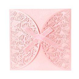Invitaciones de boda artesanías online-Venta al por mayor-40PCS Tarjeta de invitación de la boda de papel iridiscente romántico Mariposa tallada ahueca hacia fuera los artesanías tarjetas banquete de boda del partido