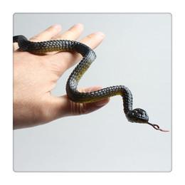 Serpenti di gomma all'ingrosso online-All'ingrosso Gomma Serpente Pretend Trucco Giocattolo Giardino Puntelli Emulazione Serpente Giocattolo Serpenti Nero / Rosso / Giallo / Colore Verde Casuale