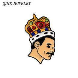 Broche de roca online-JOYERÍA QIHE Freddie Mercury Pin Cantante británico Banda de rock Insignias de la reina Broches Pernos de la solapa Regalos de los fans de Mercury