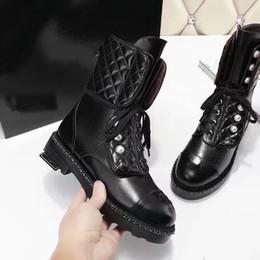 licht tan stiefel frauen Rabatt Hochwertige Lederstiefel für Frauen Weiß Schwarz Flats Mid Stiefel Winter Spring Matin Stiefel Female
