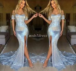 Abito da sera d'argento scintillante online-2019 Sparkly Silver Mermaid Prom Dresses Off spalla coscia-alta fessura Sweep treno lungo abito da sera formale partito Abiti occasioni speciali