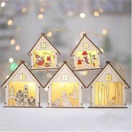 Luces de navidad de coral online-Ventas al por mayor Envío gratuito Luminoso Muñeco de nieve de Navidad Luces LED Casa de Madera Adornos Colgantes Decoración de Vacaciones Lámpara de Navidad Regalos
