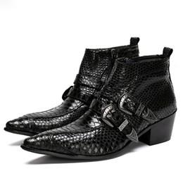 Botas de vaquero para hombre invierno online-Punk Dress Boots Serpiente de Cuero Genuino Hombres Botines Hombres Militares Botas de Vaquero Top Top Hebillas de Fiestas Hombres Zapatos Satefy Invierno