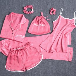 lingerie luru Desconto Mulheres Pijama 7 / pcs Conjuntos Sexy Imitação De Seda Pijama Conjunto Solto Casaco + Camisola + calça longa + curto Calça e Corda de Cabelo Mulheres Sleepwear