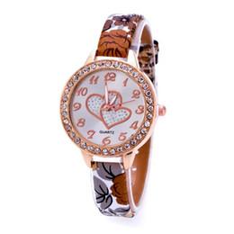 armbänder lieben druck Rabatt Loving Heart Dial Watch Frauen Handgelenk Blumendruck Lederarmband Uhren Diamant Kleid Uhr Quarzuhr Uhren Montre S9274