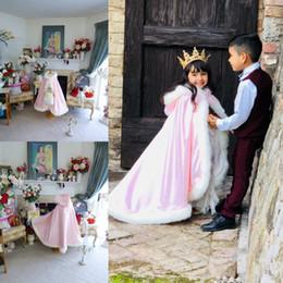 giacca di raso rosa delle ragazze Sconti Spedizione gratuita calda con cappuccio ragazza rosa in raso fiore ragazza mantello da sposa con finta pelliccia trim lunghezza inverno capretto lungo involucri giacca