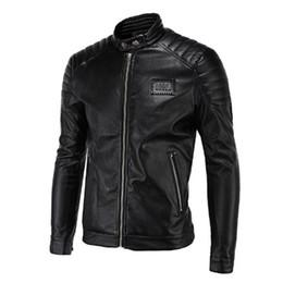 parches chaquetas de cuero Rebajas 2017 Primavera Chaquetas de Cuero Hombres Negro Biker Chaquetas Hombres Quilting Hombro Remaches Insignia Parche Motocicleta de La Vendimia