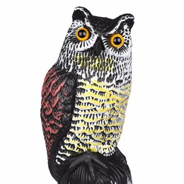 Corujas ornamentos on-line-Ornaments Suporte 1 pc Grande Simulação Realista Coruja Decoy com Cabeça Giratória Pássaro Pombo Corvo Scarer Espantalho Car Home Decoração Do Jardim