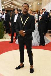 dessins de smoking Promotion Décoré de l'or revers 2018 costumes noirs frais hommes marié Tuxedos costumes de dîner de mariage conception populaire Blazer (veste + pantalon + cravate)