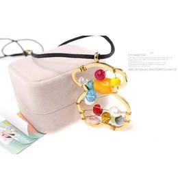 Nouveaux ornements de mode en Ligne-Nouveau style de mode populaire 18k or creux perles colorées agate pendentif bijoux boucles d'oreilles et collier ensemble cadeau ensemble d'ornement féminin.