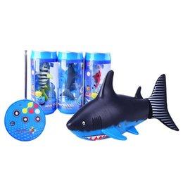 juguetes submarinos Rebajas Mini RC Tiburón Bajo el Agua Latas de Coque de Control Remoto Shark Fish Kids Juego de Agua Eléctrica Submarino Juguete C3366